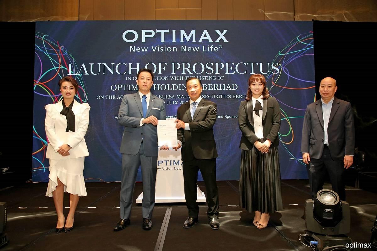 Optimax非独立执行董事兼总执行长陈欣仪(左起)、艾芬黄氏投资银行副董事经理Yip Kit Weng、Optimax非独立非执行董事拿督陈文福、财务总监Michelle Tan,以及高级医学总监Dr Stephen Chung。